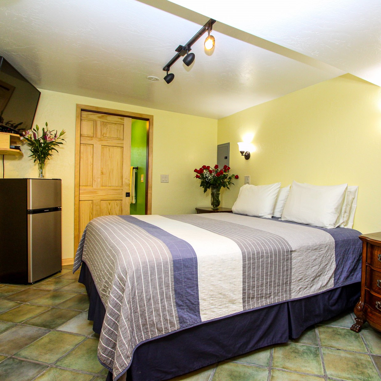 large guest room at the woods cottages & cabins at the russian river in guerneville
